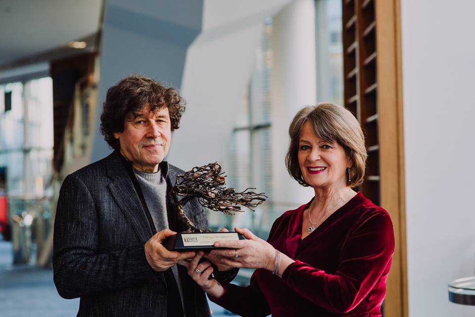 Actor Stephen Rea presents Pádraigín with Major Gradam Award 2018